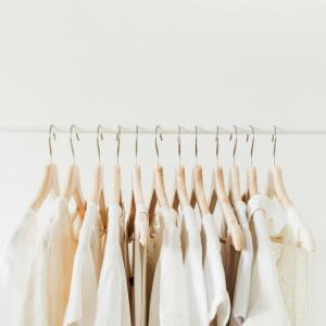 【持たない暮らし】で素敵に過ごすための服とは?ミニマリスト服のメリットについて