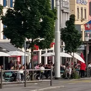 チューリヒ市内もテラスが満席、2年前の私はチョー豪華なホテルで過ごしていた