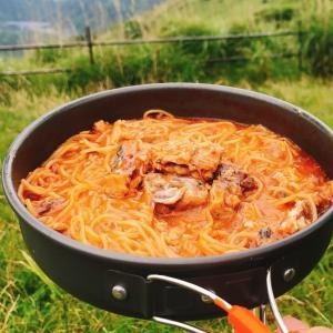 【登山・キャンプ料理 No. 68】フライパンだけで作れる!サバ缶×市販トマトペーストを使ったアラビアータならぬ「さばビアータ」