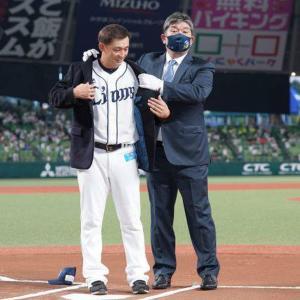 【2000本安打】西武・栗山が野茂英雄氏から名球会ブレザーを贈呈