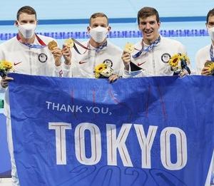 競泳米国チーム「五輪開催してくれてありがとう」 感謝のフラッグ掲げ場内練り歩く