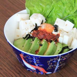 食べるハーブのラー油活用レシピ!アボカドと豆腐のヘルシーライスボウルの作り方