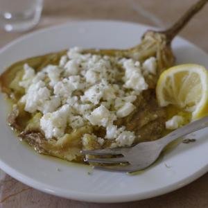 ギリシャの丸ごと焼きなすサラダ