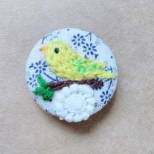 ほのぼのセキセイインコさんの刺繍ブローチ。