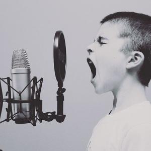 【情熱大陸】「ボイストレーナー佐藤涼子」回が話題!ミスチル桜井、セカオワFukase、LiSA、May'nも登場!声が出やすくなるストレッチ方動画あり!感想・反応まとめ【りょんりょん】