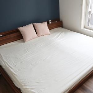 ネイビーのアクセントクロスがポイントの寝室と愛用品