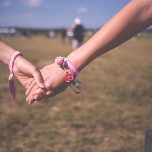 ミサンガは色の組み合わせで恋愛に効果!憧れの人とカップルに!?