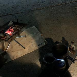 焚き火とウィスキー。美しい女性が作る水割りに酔う。