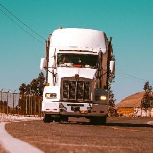イギリスで深刻なトラック運転手不足、なぜか「ガソリン不足」に陥ってしまう