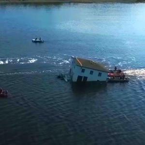 「あの家に住みたい」取り壊し予定だった家を海上に浮かべて別の土地に移動させた猛者が登場