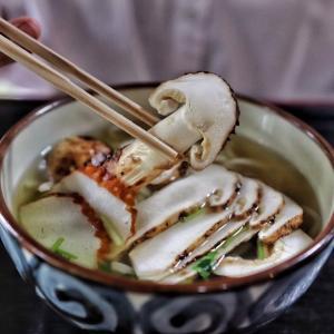 紅葉の名所で!松茸一本使った贅沢すぎる絶品うどん!【御食事処 里】