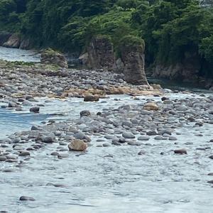 夏の手取川 めおと岩