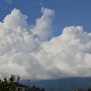 鳥海山と雲の景色