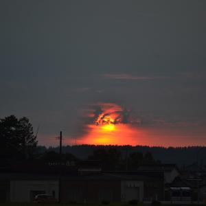 今日の燃えるような夕日と空