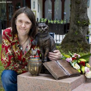 【英国発】ジェームズ・ボーエンさんも出席!ボブという名のストリート・キャットの銅像&メモリアル・ベンチの除幕式