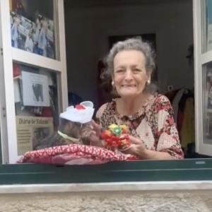 【ポルトガル発】自宅の窓が、まるで猫カフェ!通りすがりの人たちに愛猫と手作り帽子を披露するご婦人