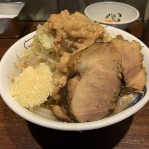 [雷 東京本丸店] あのとみ田が提供するインスパイア!東京駅構内で食べられるアクセス最強の店舗!大きなチャーシューとムチムチの麺が特徴。