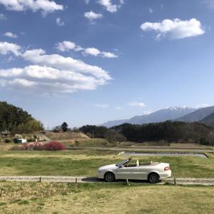 ボルボC70で田園を走る:4人乗りオープンカーのある景色