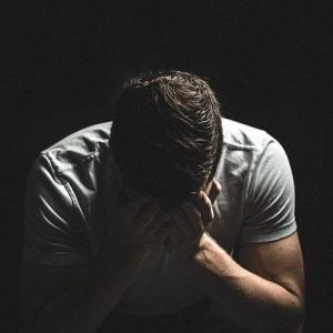 【体験談】新入社員がストレスで涙が出る原因3選と解決策を解説