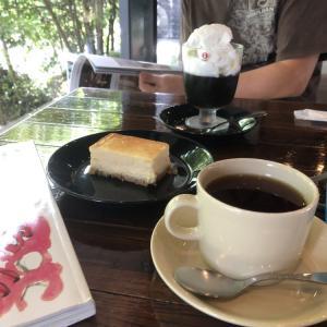 お気に入りのカフェで過ごす休日