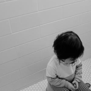 【1歳6か月トイレトレスタート】出る気はしないが10までの数字を覚えた話【まずはトイレに座る練習】