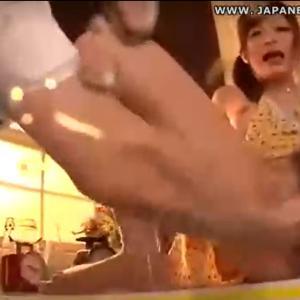 さとう遥希が夫と台所でマンコ開き状態で手マンされて大量潮吹き!