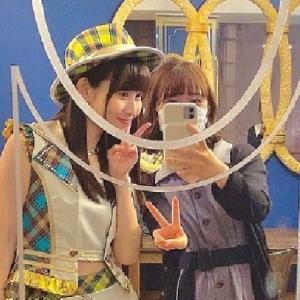 竹内彩姫さんがスタッフになって初現場で撮ったメンバーとのツーショット