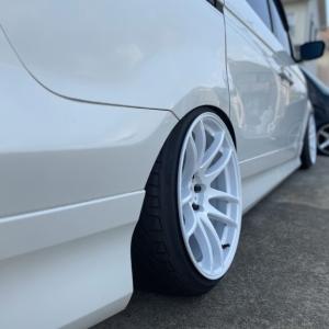 白い車に白いホイールの装着画像【一度はやっておきたかった組み合わせ】