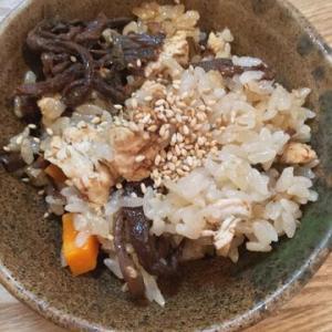 「炊飯器で鶏肉とぜんまいのおこわ」もち米でもちもち