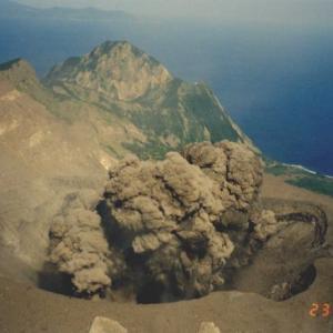 鹿児島・諏訪之瀬島で噴火!大きな噴石800メートル悲惨!噴煙2800メートルに