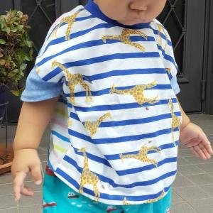 三兄弟おそろいコーデ☆ちょっぴり残ったキリン柄のニットとハギレをつなぎ合わせて夏のTシャツを作りました。