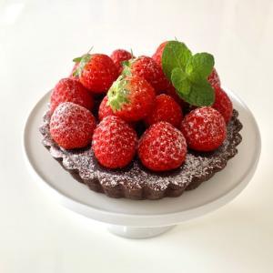 可愛いイチゴ 〜 チョコレートのタルト ♫