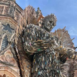 ナイフ・エンジェル – 10万本の刃物でできた天使像
