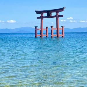 神秘的!琵琶湖に浮かぶ大鳥居