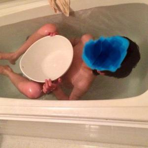 お風呂で浮いてる息子