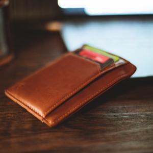 長財布からコンパクトな財布に切り替えたら手ぶらで外出できるスマートさに気づいた