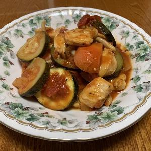 ズッキーニをいただいたので、オッサンのボッチ飯の定番トマト煮にしてみました。