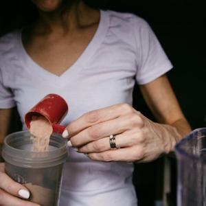 【タンパク質】摂り過ぎは危険!?過剰摂取による副作用と適切な量について解説!!