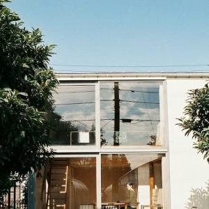 「最小限住居」をベースにした9坪の小さなお宿「スミレアオイハウス」にぜひ泊まってみたい!!!