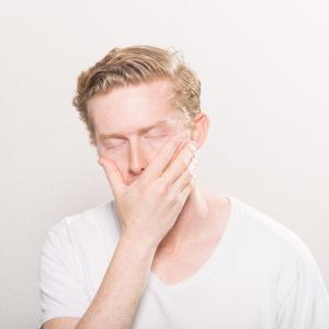【目覚めが悪い方必見!】寝ても疲れが取れないあなた!目のケアをしていますか?自分でできる簡単アイケア法をご紹介します!