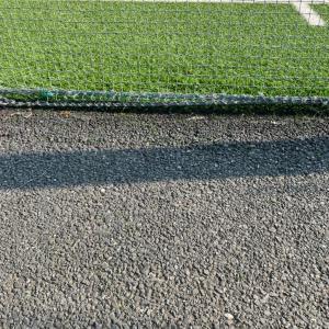 サッカー少年と人工芝