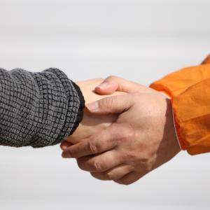 予想外の強い握力で握手。