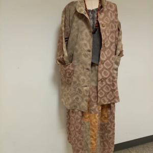 手絞りの染めのジャケットとスカート