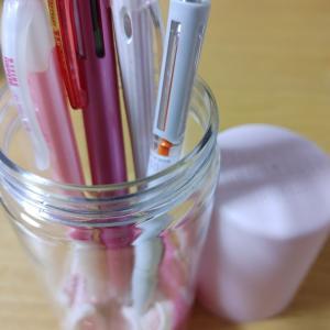 セリアでペン立てとしても使えるボトル型のペンケースがあったので使ってみた✏️