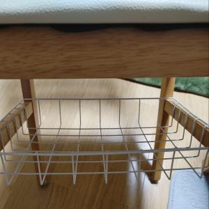セリアのワイヤーバスケット、置くだけで椅子の下に収納ができた😊