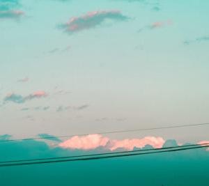 【写真日記】部屋の中から見た雲がこれからの季節を予感させる景色だった