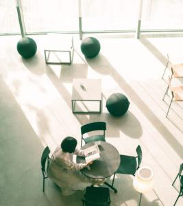 【写真日記#2】ひかりの幻想的な瞬間を恋人と行った図書館の中で捉えた
