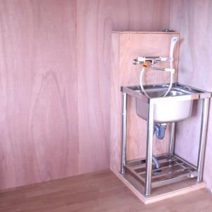 水槽部屋のシンク 給水と排水設備 水槽からの排水は排水(流し台)トラップを床に埋め込み