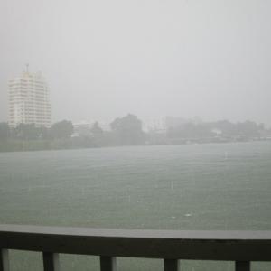 風景を見ていた:シラチャ 大雨の中のレストラン