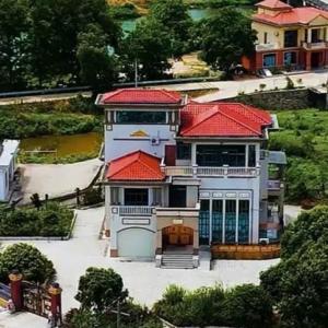 田舎の実家を売らずに残し、最近別荘を建てた土豪、全村民が羨む